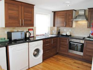 A kitchen or kitchenette at Wheal Charlotte