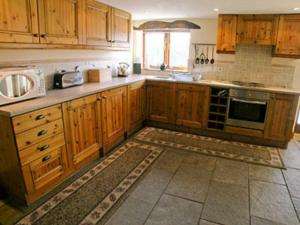 A kitchen or kitchenette at Hindriggs Cottage