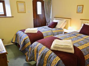 A bed or beds in a room at Cobblestones