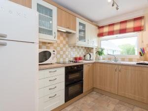 A kitchen or kitchenette at Jubilee Lodge