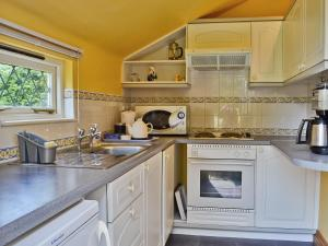 A kitchen or kitchenette at Willow Lodge