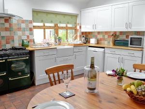 A kitchen or kitchenette at Keld House Farm