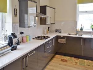 A kitchen or kitchenette at Devonshire Gardens