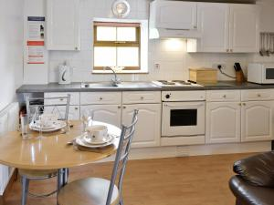 A kitchen or kitchenette at The Calf Shed