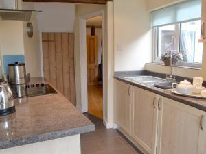 A kitchen or kitchenette at Guild Cottage
