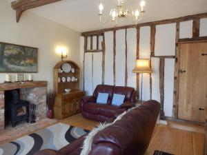 A seating area at Guild Cottage