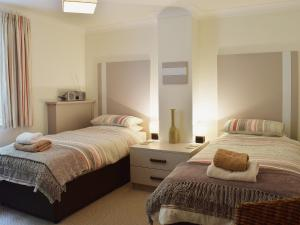 A bed or beds in a room at 7 Ladstock Hall (Deluxe)