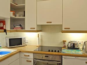 A kitchen or kitchenette at 4 Broomriggs