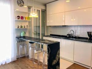 A kitchen or kitchenette at Piso de diseño con terraza en pleno centro de Madrid