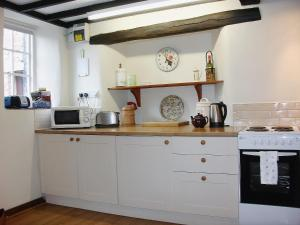 A kitchen or kitchenette at Grooms Cottage