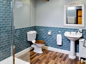 A bathroom at Higher Farm Barn