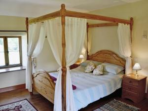 A bed or beds in a room at Strawberie Cottage