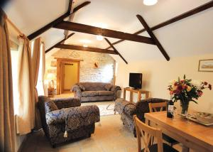 A seating area at Bluebell Cottage II