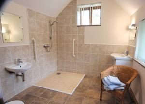 A bathroom at Bluebell Cottage II
