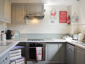 A kitchen or kitchenette at Ty Gwyn