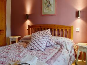 A bed or beds in a room at Rectory Cottage