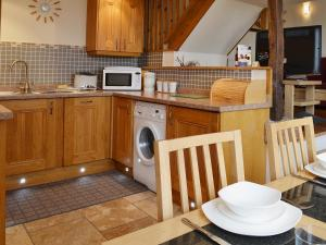 A kitchen or kitchenette at The Carriage House