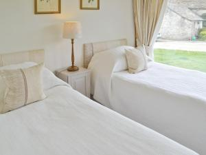 A bed or beds in a room at Daubeneys Shippon