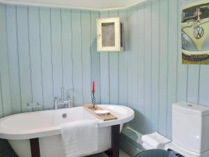 A bathroom at Priory Cottage