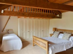 A bed or beds in a room at Castle House Cottage