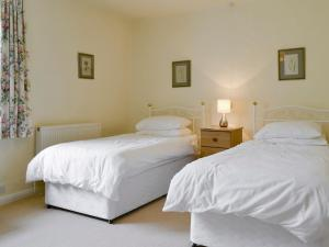 A bed or beds in a room at Eastern Cottage