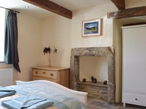 A bed or beds in a room at Throstle Hall Cottage
