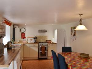 A kitchen or kitchenette at The Coachman'S Cottage