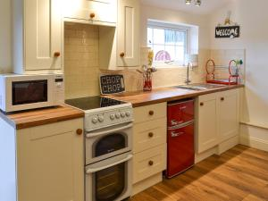 A kitchen or kitchenette at Willow Tree Barn