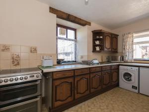 A kitchen or kitchenette at Beckside Farmhouse