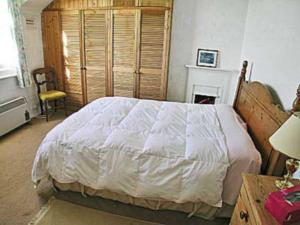 A bed or beds in a room at 2 Fort Victoria Cottages