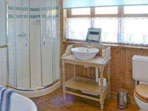 A bathroom at Lobster Cottage