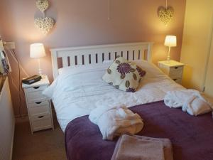 A bed or beds in a room at Blueberry Cottage