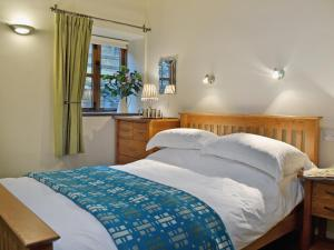 A bed or beds in a room at Yr Efail
