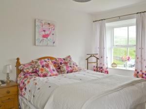 A bed or beds in a room at Tulip Cottage