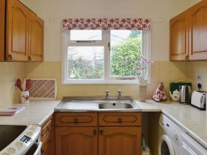 A kitchen or kitchenette at Lane end