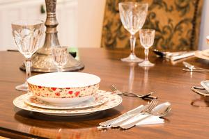 A restaurant or other place to eat at Luxurious 3 Bed Apartment Ballsbridge area