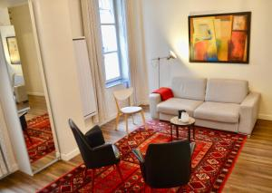 A seating area at 1 Bedroom Flat In Central Marais