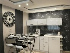 A kitchen or kitchenette at Apartment Lovac