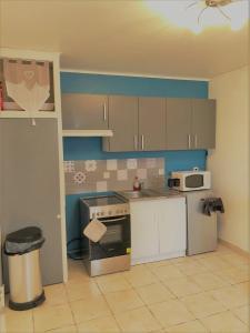 Cuisine ou kitchenette dans l'établissement L'olivier