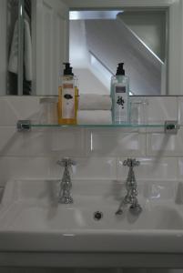 A bathroom at The Glen Mhor Apartments
