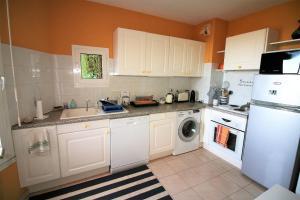 A kitchen or kitchenette at Le Surcouf XXIV