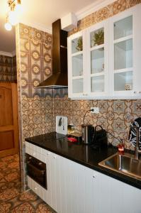 A kitchen or kitchenette at Dubois Apartments.