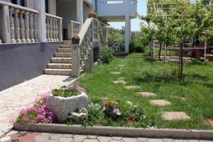 A garden outside Studio Punat 5373a