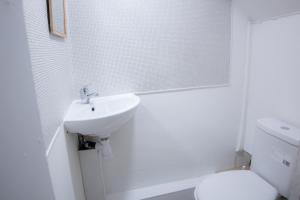 A bathroom at Near King's Cross 5 bedroom House + Roof terrace