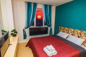 A bed or beds in a room at Grand Caribbean Resort Pattaya