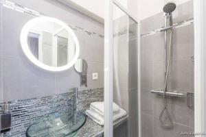 A bathroom at Romantic studio / Champs Elysées