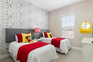 A bed or beds in a room at Summerville Resort Five Bedroom Townhome SV119