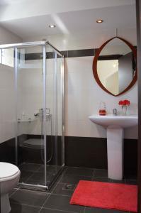 A bathroom at VILLA VASO 3bd,2ba,luxury and peace,great lake views