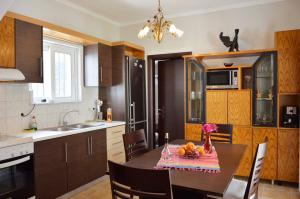 A kitchen or kitchenette at VILLA VASO 3bd,2ba,luxury and peace,great lake views