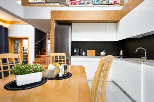 A kitchen or kitchenette at Wide Kids Friendly App on the Rock